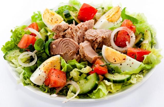 Салат тунец с салатом с яйцом
